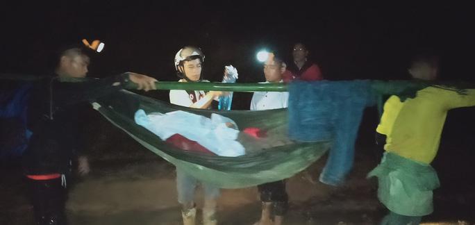 16 trai làng xuyên đêm khiêng cô gái vượt 22km đường rừng đi cấp cứu