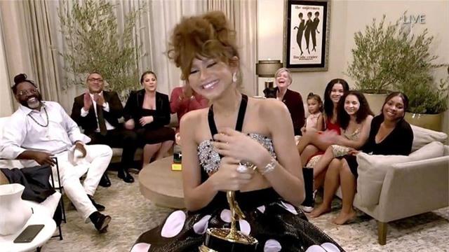 Emmy 2020: Bạn gái Người Nhện Zendaya làm nên lịch sử - Ảnh 1.