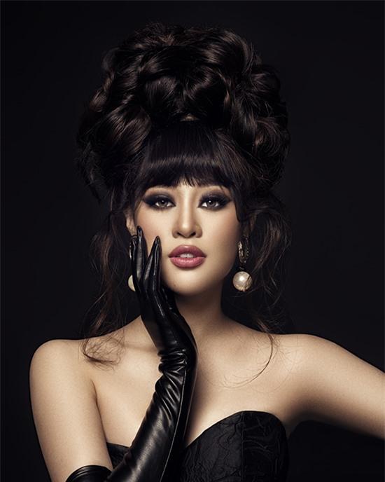 Cuối cùng, Khánh Vân lột tả hình ảnh một nữ hoàng quyền lực, bí ẩn với phong cách cổ điển bằng cách để tóc mái bằng, búi cao và trang điểm nhấn vào phần mắt.