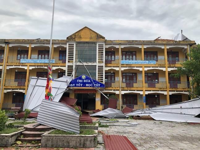 bão số 5 vừa đổ bộ vào Thừa Thiên Huế đã làm hệ thống cây xanh ở hàng chục điểm trường trên địa bàn gãy đổ, phòng học, khu hiệu bộ, sập hàng rào, tốc mái nhà xe, hư hỏng thiết bị dạy học.