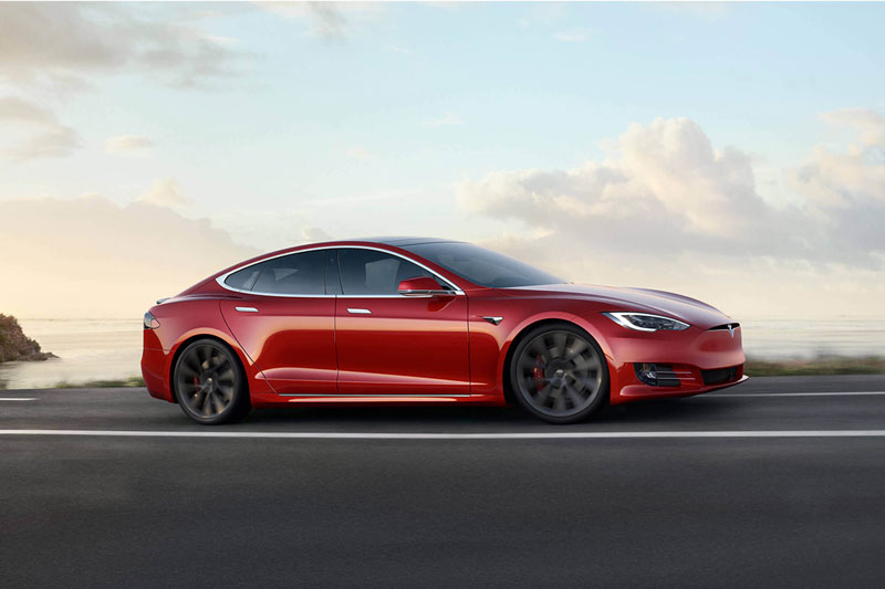 1. Tesla Model S 2020 (giá khởi điểm: 74,990 USD, quãng đường di chuyển mỗi lần sạc đầy pin: 647 km).