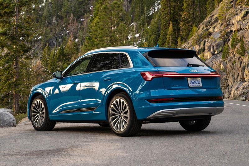 10. Audi e-tron 2020 (giá khởi điểm: 74.800 USD, quãng đường di chuyển mỗi lần sạc đầy pin: 351 km).