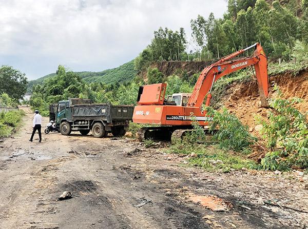 Xe ben tải 43C-112.91 và xe máy đào bánh xích DAEWOO SOLAR 282 LC-III của hai ông Nguyễn Văn Công và Nguyễn Thuận tham gia khai thác đất đồi trái phép tại tiểu khu NTK 7 dưới chân đèo Đại La
