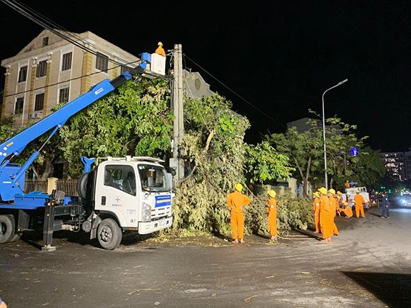 Giải thích mới nhất của EVNCPC về nguyên nhân hàng trăm cột điện ở Thừa Thiên Huế bị gãy trong bão số 5