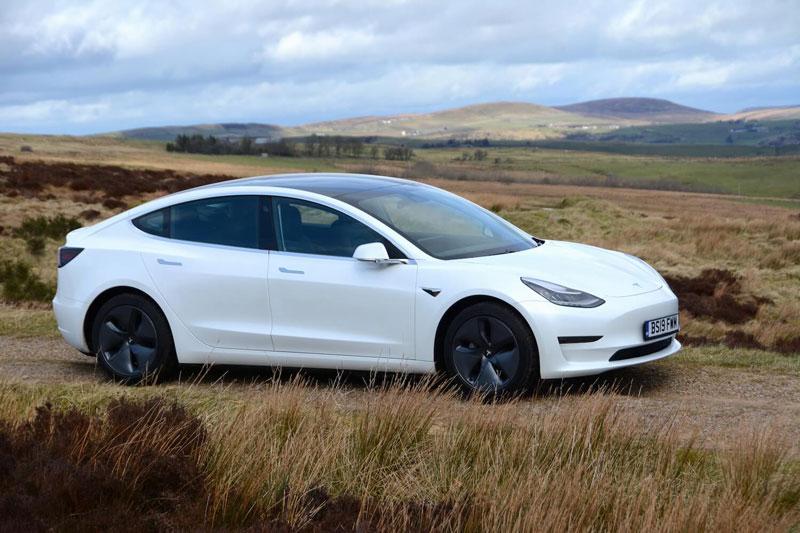 3. Tesla Model 3 2020 (giá khởi điểm: 37.990 USD, quãng đường di chuyển mỗi lần sạc đầy pin: 518 km).
