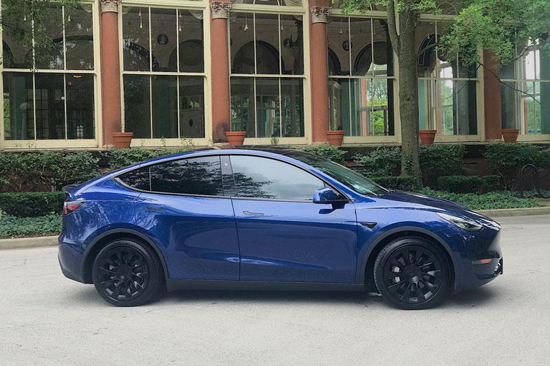 4. Tesla Model Y 2020 (giá khởi điểm: 49.990 USD, quãng đường di chuyển mỗi lần sạc đầy pin: 509 km).