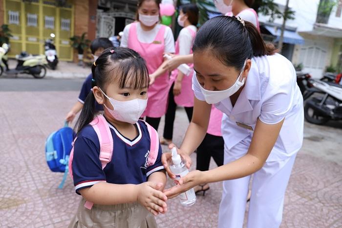 Phụ huynh đưa trẻ đến trường sau giãn cách xã hội tại TP. Đà Nẵng ngày 21.09 vừa qua.