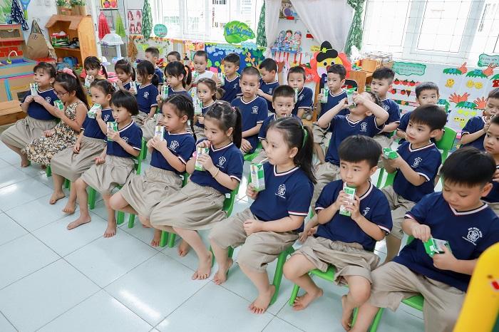 Học sinh cấp mầm non tại TP. Đà Nẵng đã được uống sữa theo chương trình ngay trong ngày đầu tiên quay lại trường học sau giãn cách xã hội.
