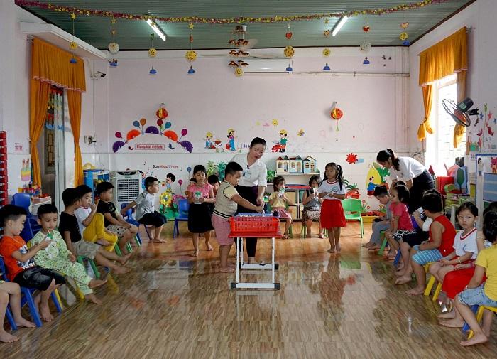 Học sinh mầm non tại Trường mầm non phường Bình Định trong giờ uống sữa học đường.