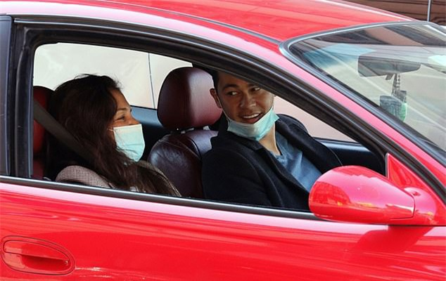 Lát sau đó, Emilio lái xe chở Katie đi dạo ở phố Wall. Katie trông rất hạnh phúc bên bạn trai.