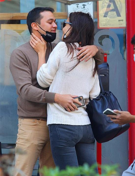 Đôi uyên ương tận hưởng tình yêu mới ngọt ngào, bỏ mặc mọi thị phi khi Emilio phũ phàng chia tay hôn thê vào đầu tháng 9 để đến với Katie Holmes.