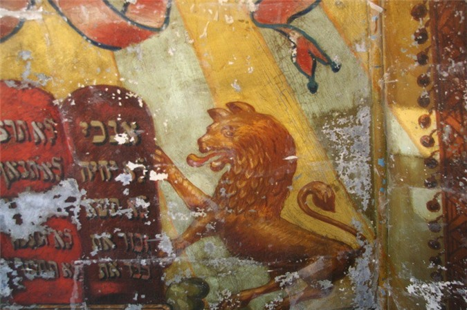 Hình vẽ sư tử gần như nguyên vẹn trên bức tranh tường Lost Shul Mural