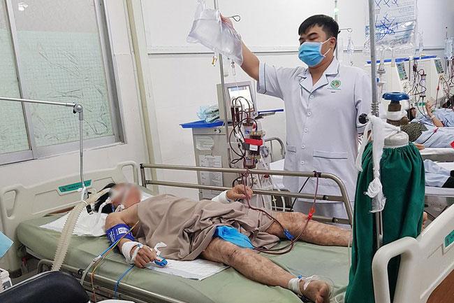 Bệnh nhân đang được điều trị tại Bệnh viện Quận 2. Ảnh: PLO