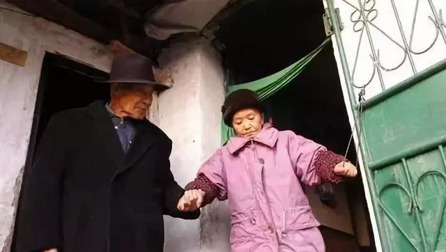 Cụ ông 82 tuổi kết hôn, nghẹn ngào nhận ra người vợ cưới 60 năm trước