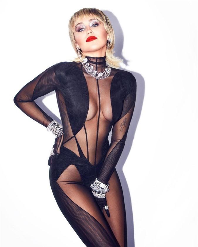 Choáng với gu thời trang mặc như không của Miley Cyrus - Ảnh 1.