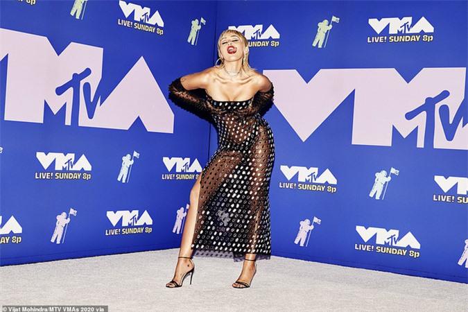Choáng với gu thời trang mặc như không của Miley Cyrus - Ảnh 3.