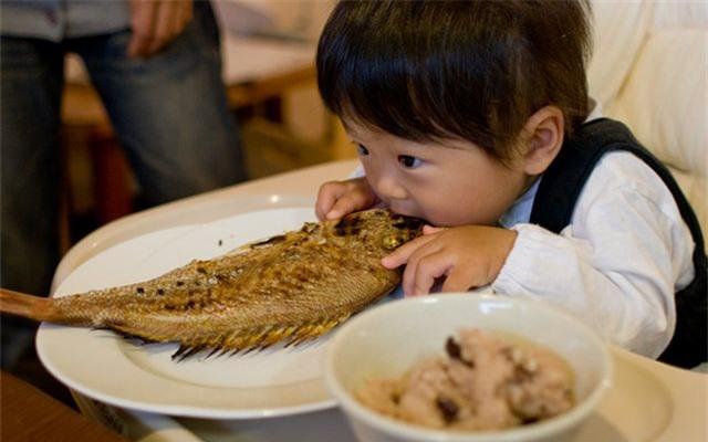 Trẻ hóc xương cá có thể cho bé ăn chuối để xử lý