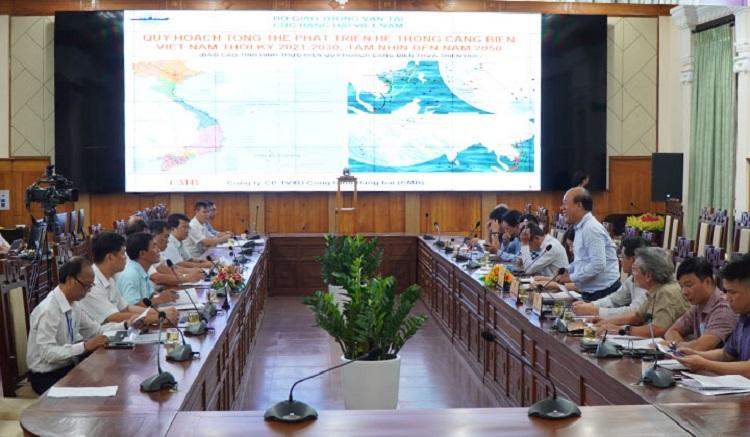 Thứ trưởng Bộ Giao thông vận tải Nguyễn Văn Công (bên phải) đồng tình với các đề xuất của tỉnh Thừa Thiên Huế về phát triển cảng biển trong thời gian tới.