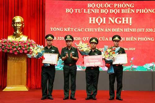 Bộ Tư lệnh BĐBP tặng bằng khen, tiền thưởng cho Ban Chuyên án A3-220 của BĐBP tỉnh Hà Tĩnh. Ảnh: Báo điện tử Nhân dân.