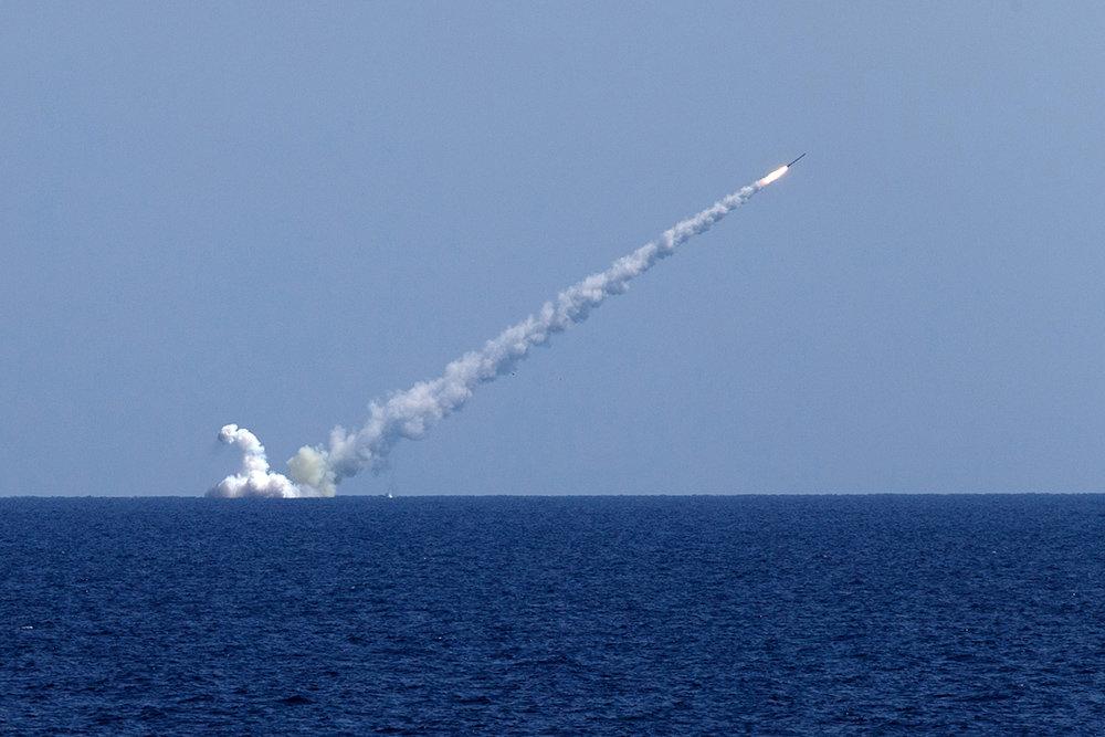 Tàu ngầm Nga phóng tên lửa hành trình từ dưới nước. Ảnh: TASS.