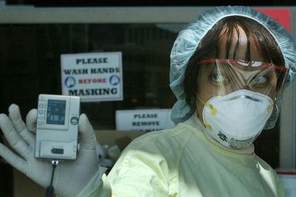 Sự lây lan mạnh của virus corona khiến khẩu trang và các thiết bị y tế trở thành mặt hàng khan hiếm. Nguồn: Reuters