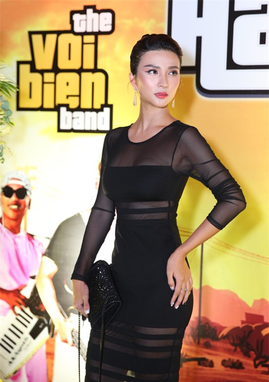 Diễn viên Kim Tuyến mặc váy bó sát, xuyên thấu khoe vóc dáng gợi cảm khi đến chúc mừng đàn anh.
