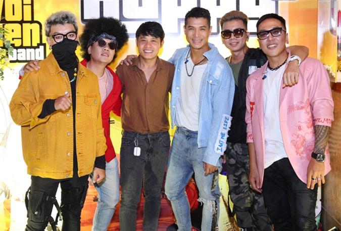 Nhạc sĩ Nguyễn Văn Chung (áo nâu) chờ đợi các dự án chất lượng của Trương Thế Vinh và ban nhạc mới.