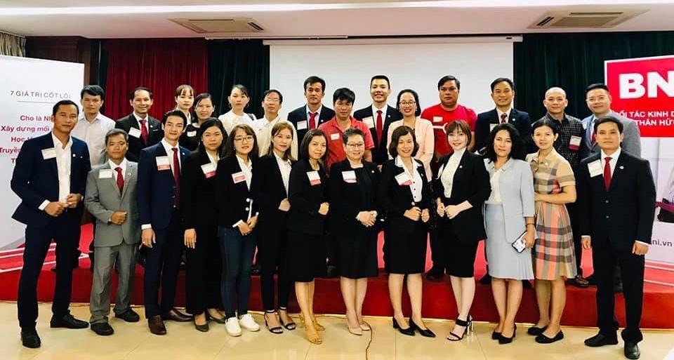 Tham gia BNI Chapter Bombo, CEO Nguyễn Hoàng Đạt (hàng 2, thứ ba từ phải sang) mong có thể săn tìm nhiều cơ hội kết nối giao thương rộng mở.