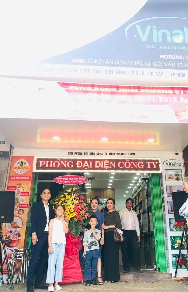 Startup 8x Nguyễn Hoàng Đạt (bên trái, phía ngoài cùng) cùng gia đình tại Lễ khai trương Văn phòng đại diện công ty TNHH Vinahe TP. HCM.