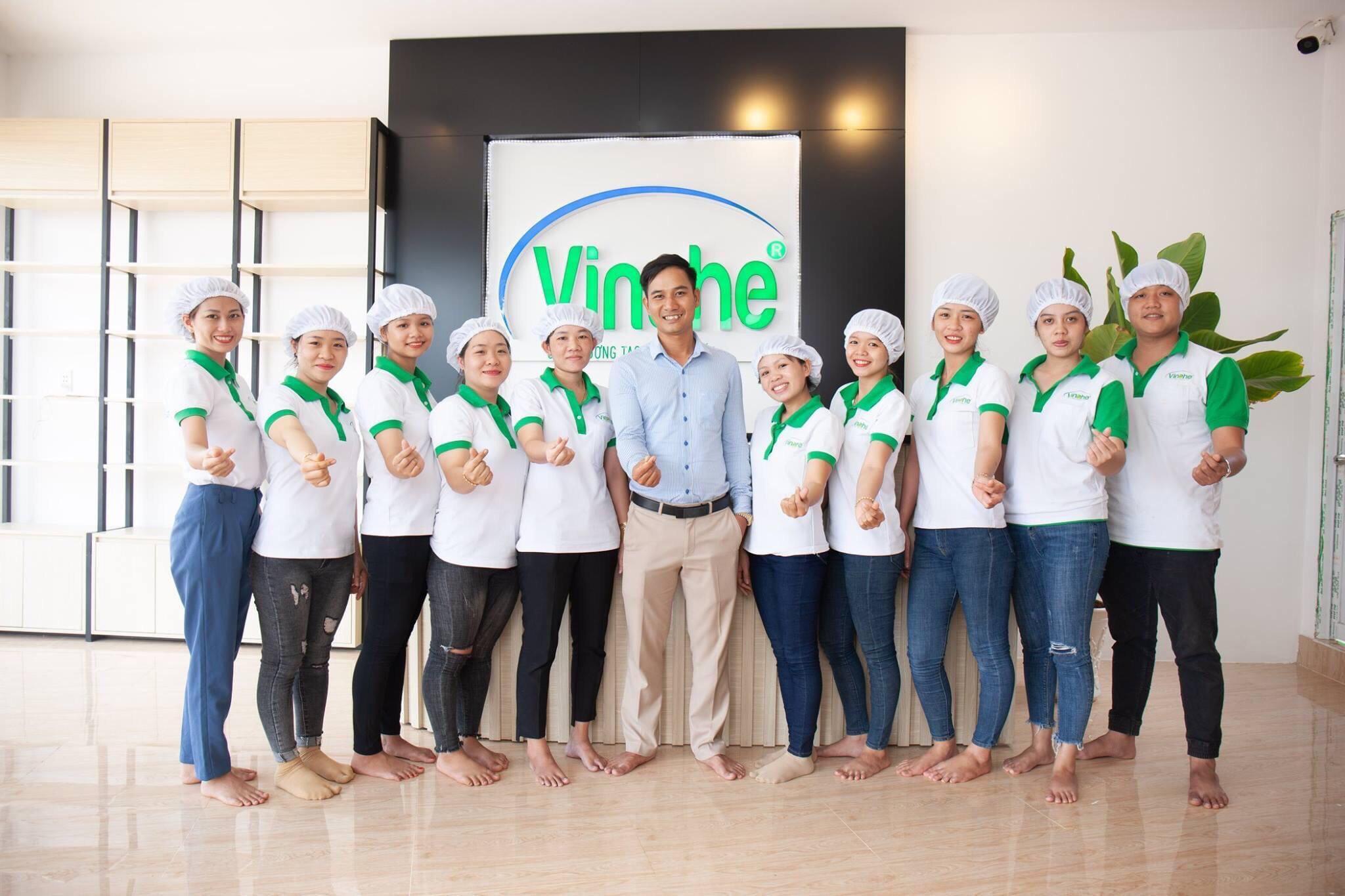 Ông chủ trẻ Nguyễn Hoàng Đạt (chính giữa) cùng các nhân viên công ty Vinahe.