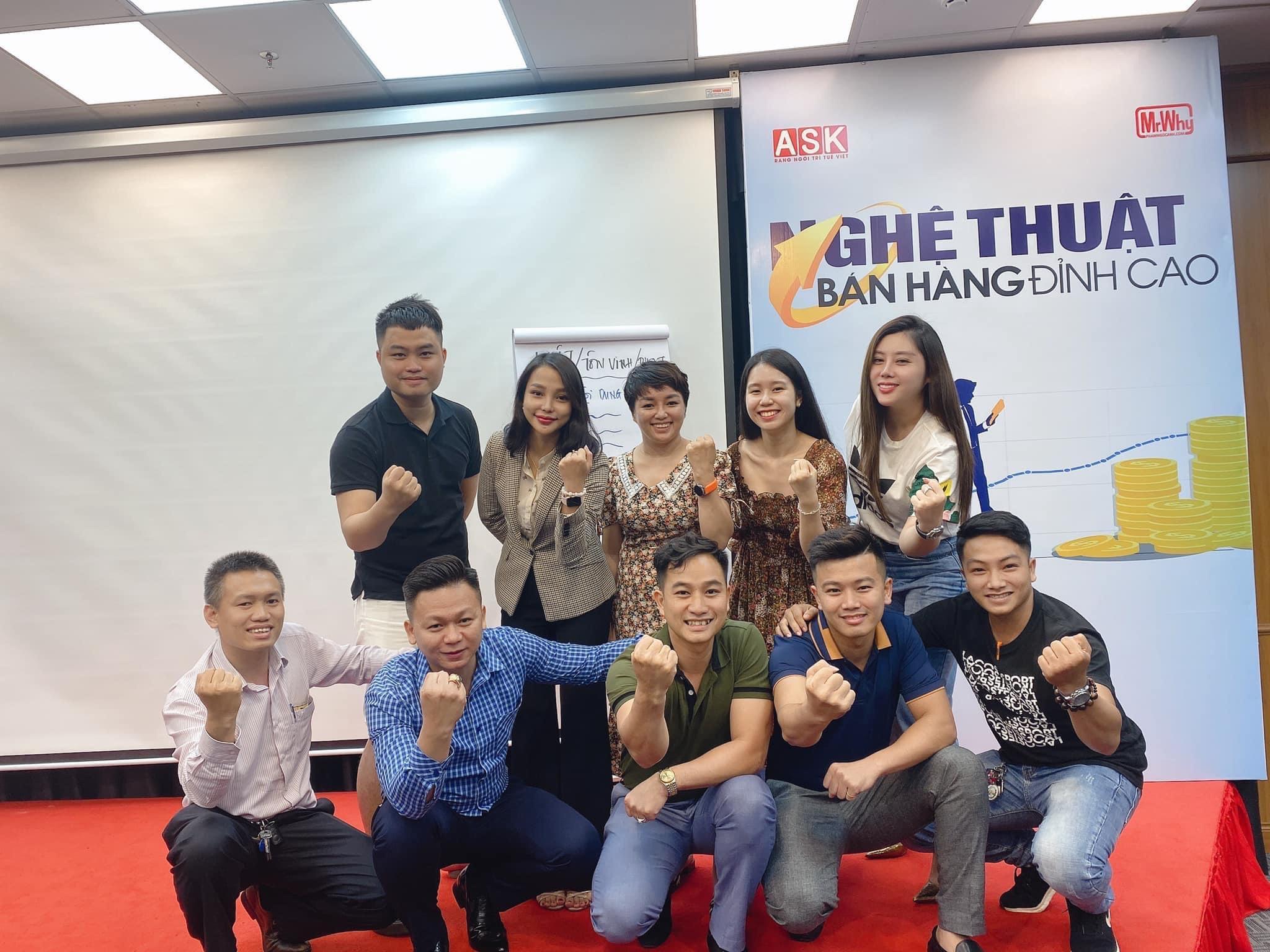 Startup 8x Nguyễn Hoàng Đạt (ngồi chính giữa) vượt hàng trăm cây số để tham gia Khóa tập huấn về nghệ thuật bán hàng đỉnh cao của Công ty cổ phần đào tạo ASK (TP. HCM).