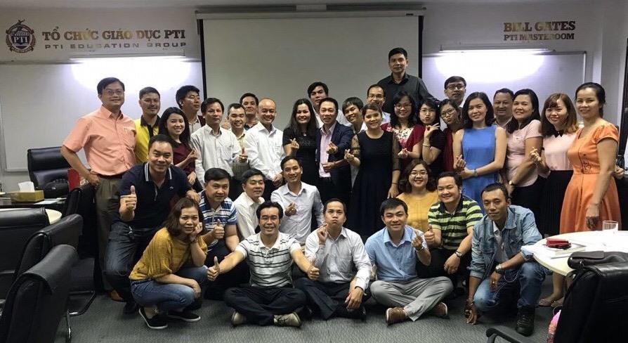 """CEO Nguyễn Hoàng Đạt (ngồi hàng 2, thứ tư từ trái sang) vượt hàng trăm km để đến TP. HCM """"tầm sư học đạo"""" tại Tổ chức giáo dục PTI."""