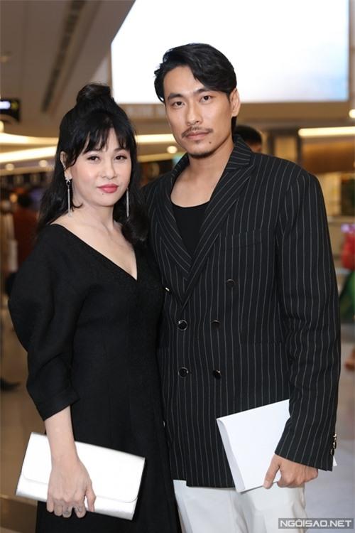 Diễn viên Cát Phượng sánh đôi ông xã Kiều Minh Tuấn. Đóng một vai phụ - người ghi lô đề trong phim Ròm, Cát Phượng từng không nhận cát-xê.
