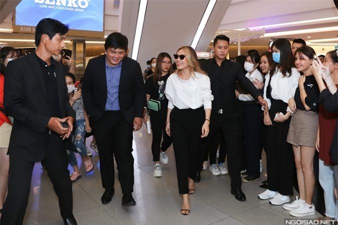 Sự hiện diện của họa mi tóc nâu thu hút sự quan tâm của nhiều fan tại trung tâm thương mại, nơi tổ chức sự kiện.