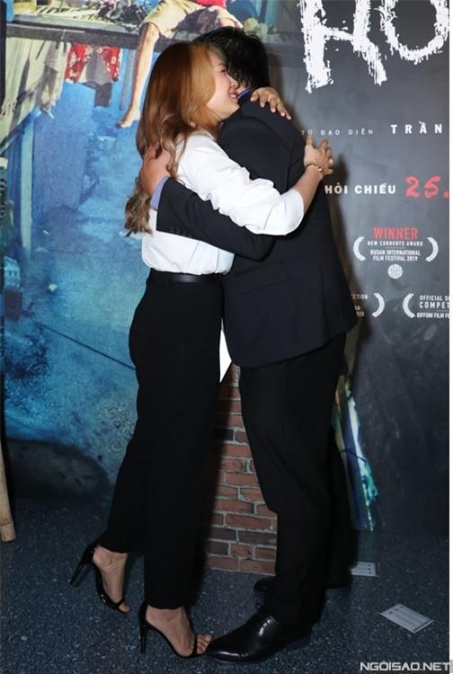 Ca sĩ Mỹ Tâm ôm đạo diễn Trần Thanh Huy, chúc mừng nhà làm phim 9x mang phim đầu tay đến với công chúng nội địa sau tám năm ròng rã làm phim và trải nhiều khó khăn.