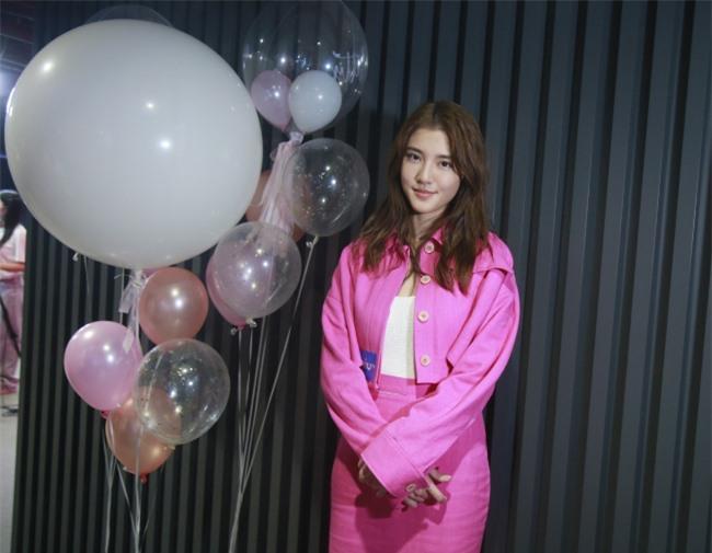 Ngô Thiên Ngữ dự buổi ra mắt phim mới với trang phục hồng rực.