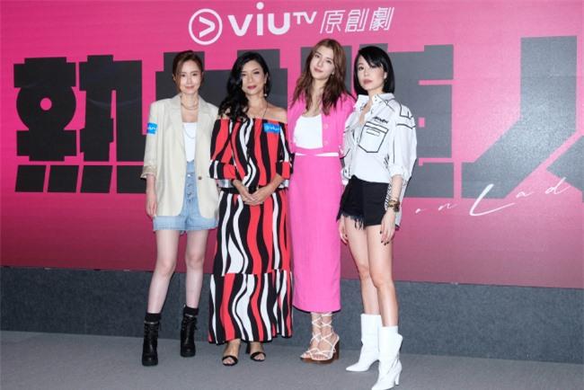 Ngô Thiên Ngữ bên các đồng nghiệp, tại buổi ra mắt phim mới.