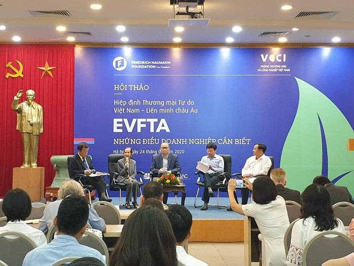 """Các diễn giả thảo luận chủ đề: """"Cách thức tận dụng và hiện thực hóa cơ hội từ EVFTA - Những điều doanh nghiệp cần biết""""."""