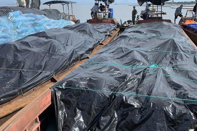 Hiện trường bắt thuyền chứa hàng chục tấn hàng hóa (khoảng 40 đến 50 tấn) nghi là dược liệu không chứng từ và xuất xứ. Ảnh: TTXVN.