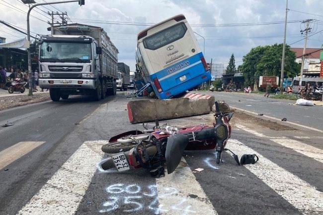 Xe giường nằm 45 chỗ gây tai nạn liên hoàn, 2 người thương vong