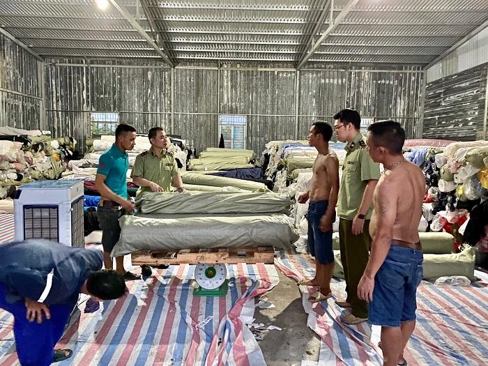 Phát hiện kho hàng chứa 80 tấn vải cuộn không rõ nguồn gốc xuất xứ tại Hưng Yên.