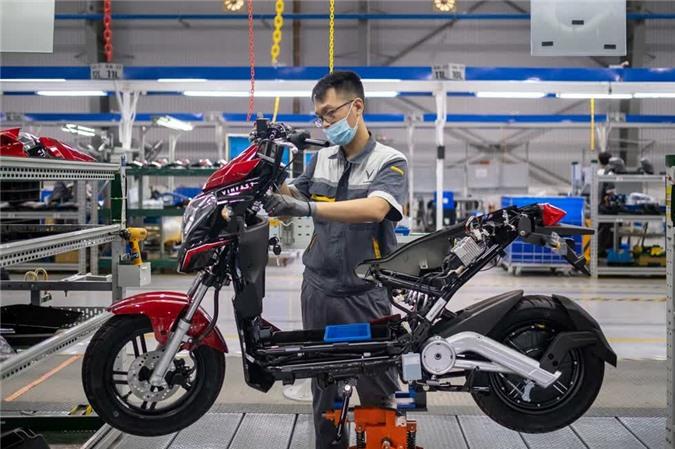 Một kỹ sư tại nhà máy VinFast Hải Phòng đang lắp ráp xe máy điện. Ảnh: Bloomberg