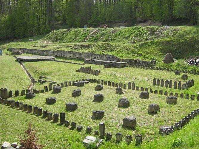 Pháo đài cổ này nằm trên trên dãy núi Orăştie của Romania