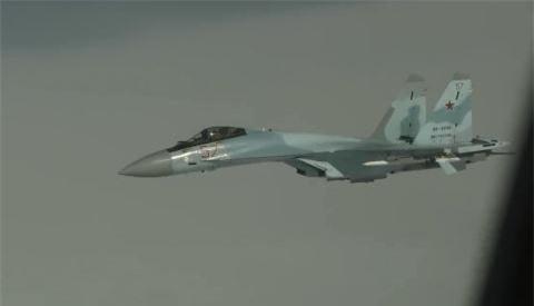 Gripen voi bo di khi bi Su-35 mang vu khi ap sat