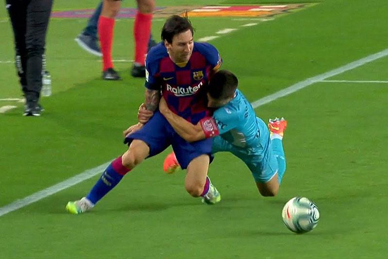 Những tình huống phạm lỗi thô thiển, đáng xấu hổ nhất trong lịch sử bóng đá