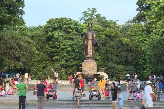 Hà Nội yêu cầu ăn mặc lịch sự, không nói tục tại phố đi bộ Hồ Gươm