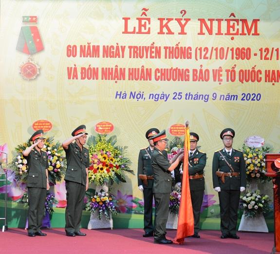 Thừa ủy quyền của Chủ tịch nước, Đại tá Nguyễn Trung Kiên, Giám đốc Viện Khoa học – Công nghệ quân sự đã gắn Huân chương lên Quân kỳ Quyết thắng.