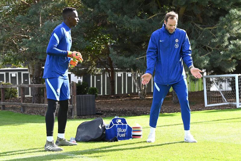 Đau đầu về thủ môn Chelsea, Lampard phải nhờ Petr Cech cùng luyện tập