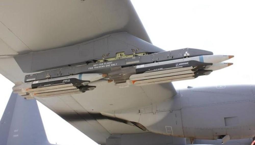 Bom đường kính nhỏ GBU-39 SDB treo dưới cánh tiêm kích F-15. Ảnh: Defence Blog.