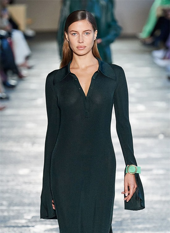 Nicole Poturalski khoe vóc dáng thanh mảnh cùng đường cong nuột nà khi trình diễn thiết kế đầm dệt kim trơn màu thuộc bộ sưu tập mới của Hugo Boss.